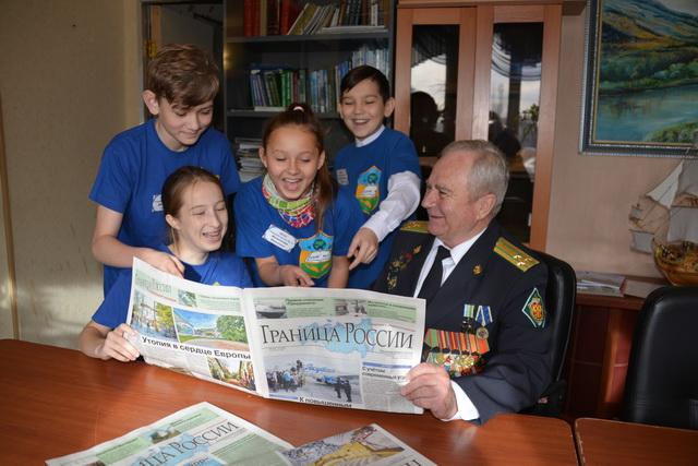 Полковник в отставке выступает в школах и рассказывает ученикам о службе.
