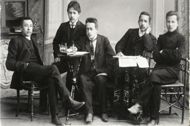 Фатих Амирхан (в центре) и ГабдуллаТукай (первый справа) среди членов редколлегии газеты «Эль-Ислах», 1907-1908.