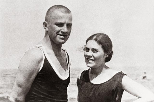 Советский поэт Владимир Владимирович Маяковский (1893-1930) и Лиля Юрьевна Брик (урождённая Лили Уриевна Каган 1891-1978) в Германии на курорте Норден Зее в 1922 году