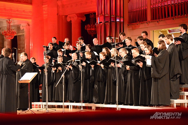 Хор духовенства помогает собирать средства на лечение онкобольных детей, давая благотворительные концерты в Санкт-Петербургской филармонии
