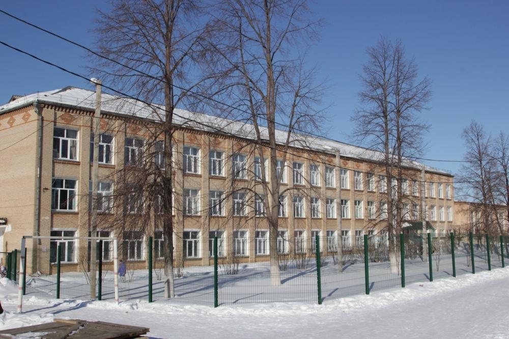 После метеоритного удара в феврале 2013 года школу в Томинском удалось отстоять от морозов. А благодаря оперативной помощи Русской медной компании во все окна здания вставили современные стеклопакеты.