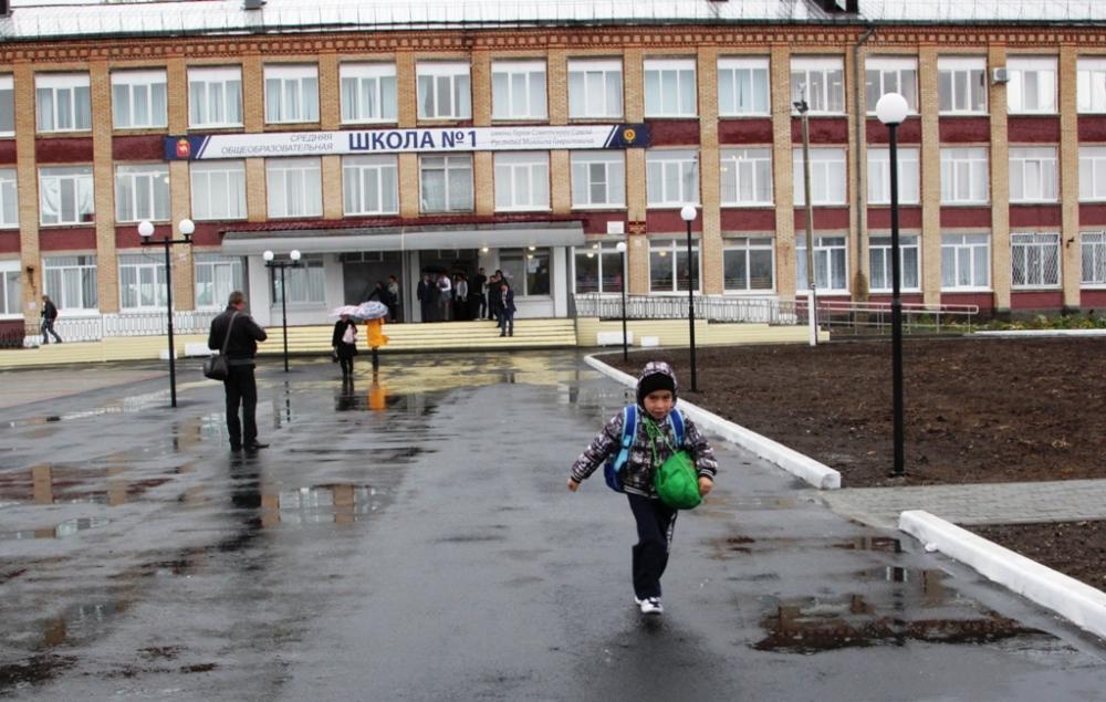 В Варненской школе №1 за летние каникулы при помощи Русской медной компании и Михеевского ГОКа заметно преобразился школьный двор. И это лишь начало большой работы.
