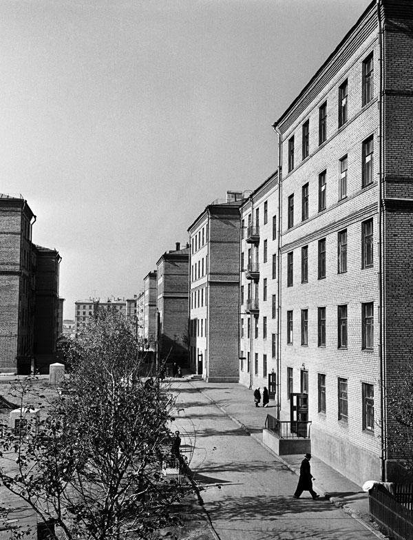 Новые жилые дома, построенные в 1959 году для рабочих завода имени Ильича по Нагатинскому шоссе в Москве.