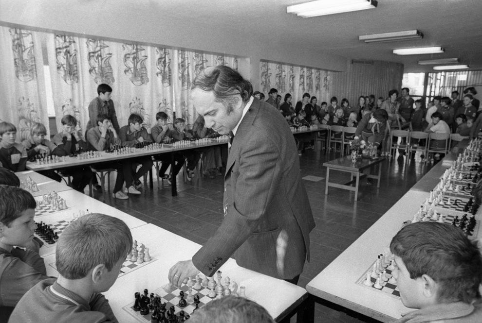 Михаил Таль во время сеанса одновременной игры со школьниками, 1978 г.