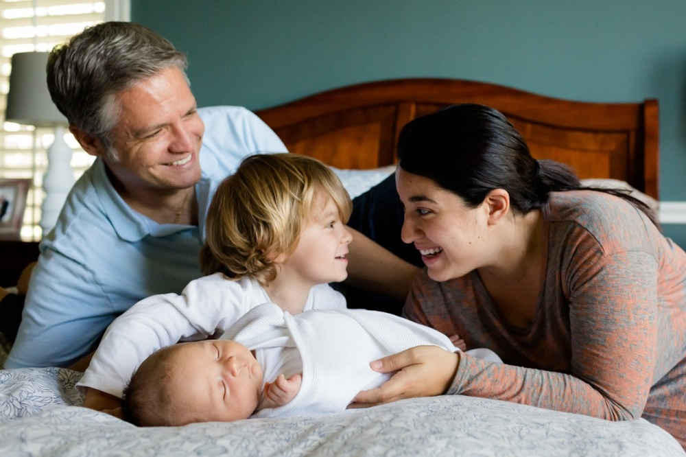 Женщина манипулирует не только детьми, но и мужем.