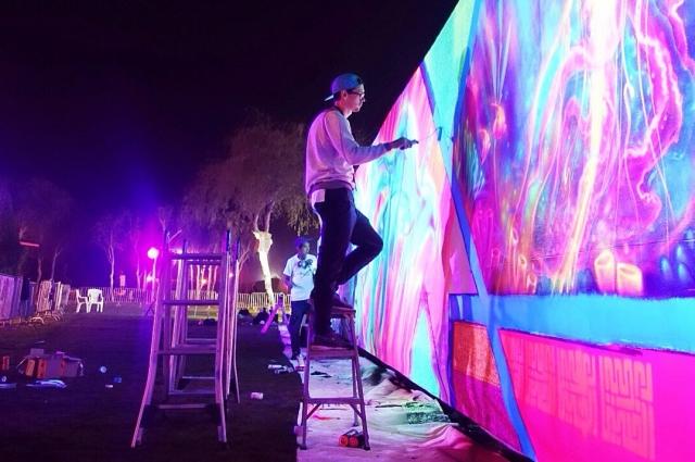 Для художников в парке растянули огромное полотно.