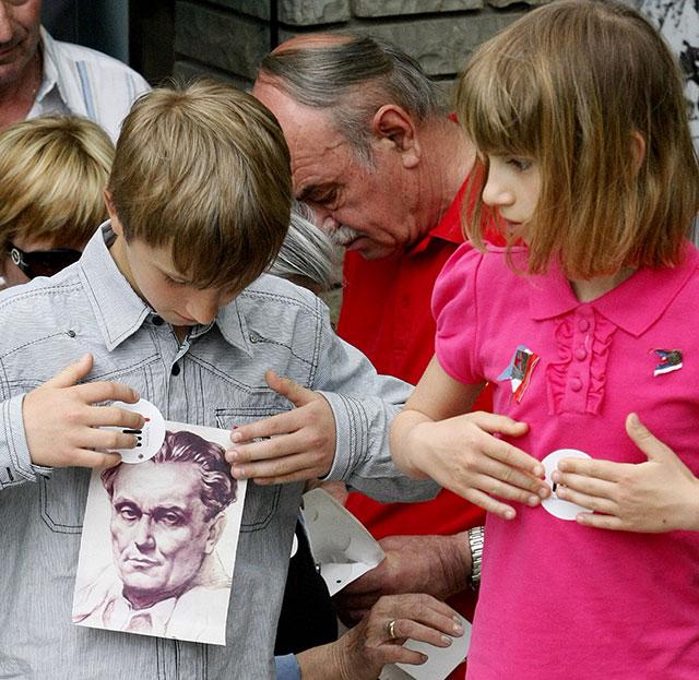 Участники мероприятий по случаю 30-й годовщины со дня смерти Иосипа Броз Тито. Белград, 4 мая 2010 года.