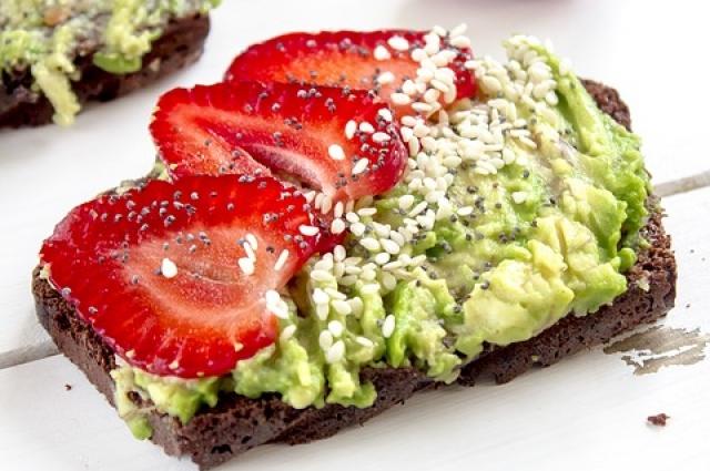 Сэндвич с авокадо - отличная закуска для вегетарианцев.