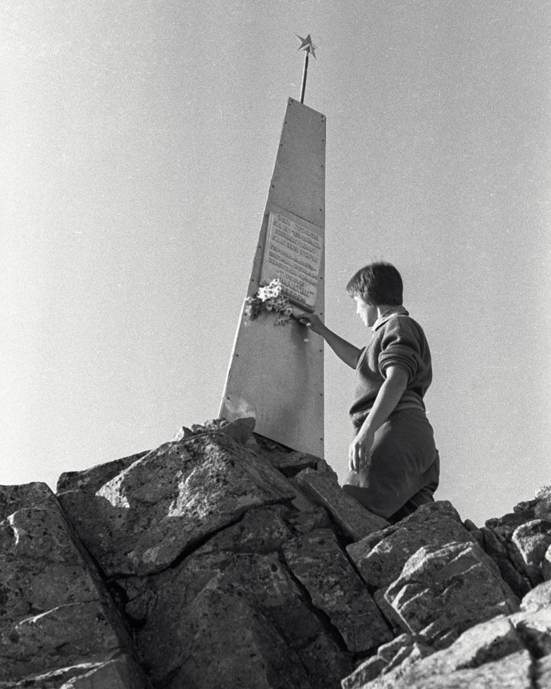 Памятник советским воинам на перевале Донгузорун . В 1942-1943 г. г. здесь была остановлена дивизия «Эдельвейс»