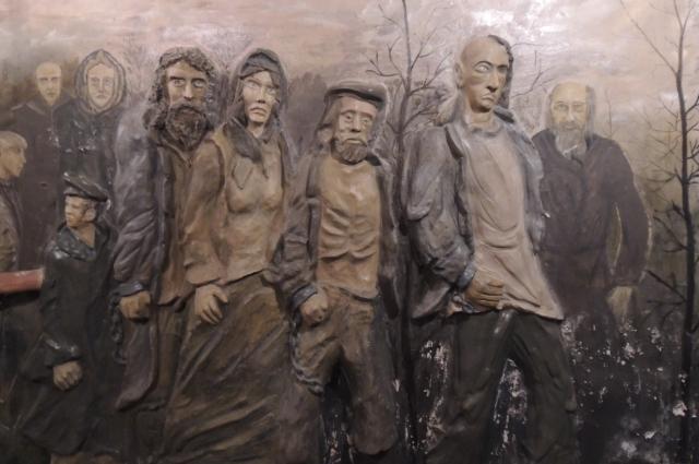Барельеф «Прибытие этапа в красноярскую тюрьму» выполнен одним из заключенных.