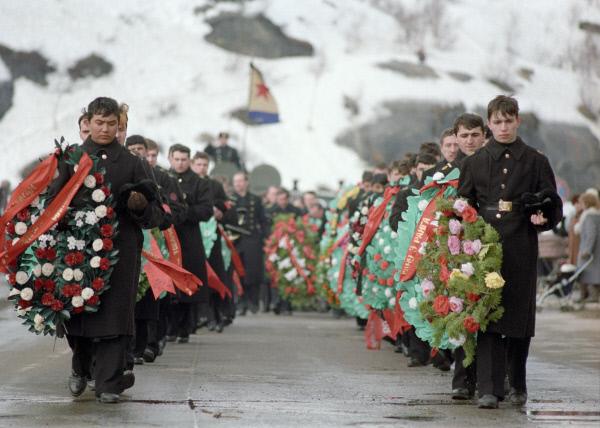Траурная процессия во время похорон моряков подводной лодки Комсомолец, 1989 год