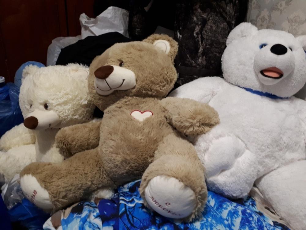 Эти медведи и целые горы других игрушек ждали возвращения малыша.