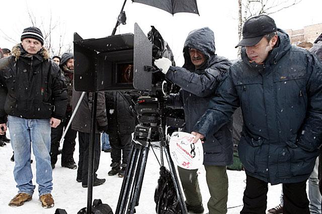 Алексей Учитель разбивает символическую тарелку о штатив камеры, знаменуя начало съёмок нового фильма Восьмёрка в городе Сестрорецке. 2012 год