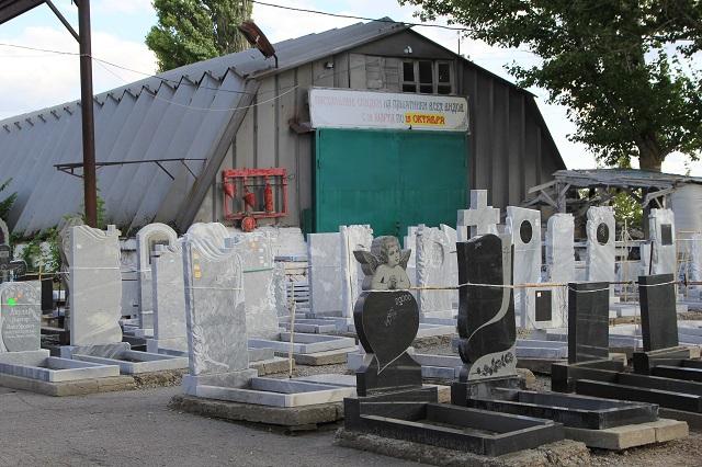 Установщики памятников увольняются из-за отсутствия работы.