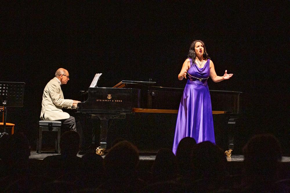 В Большом зале филармонии поют классику.