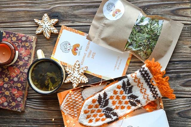Купить у бабушек теперь можно не только деревенские варежки и носки, но и травы с мёдом.