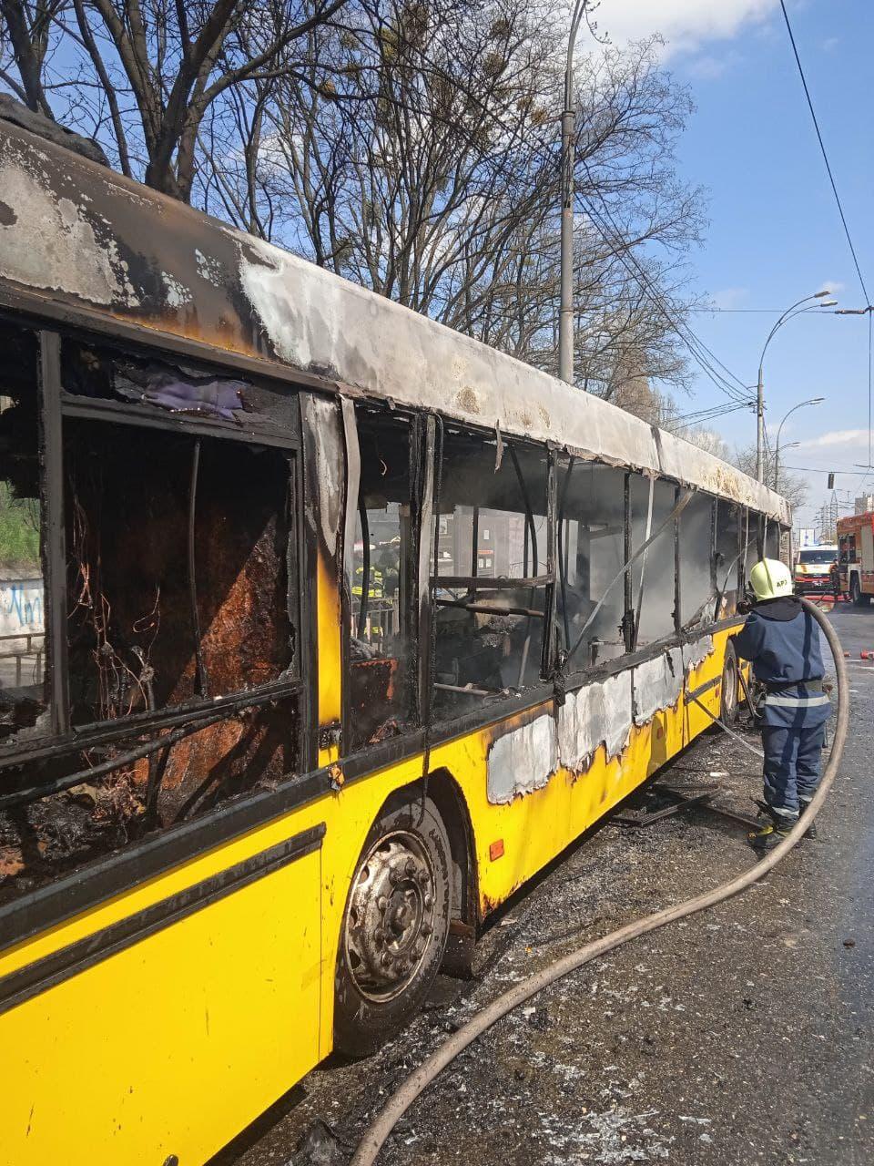 Фото загоревшегося автобуса