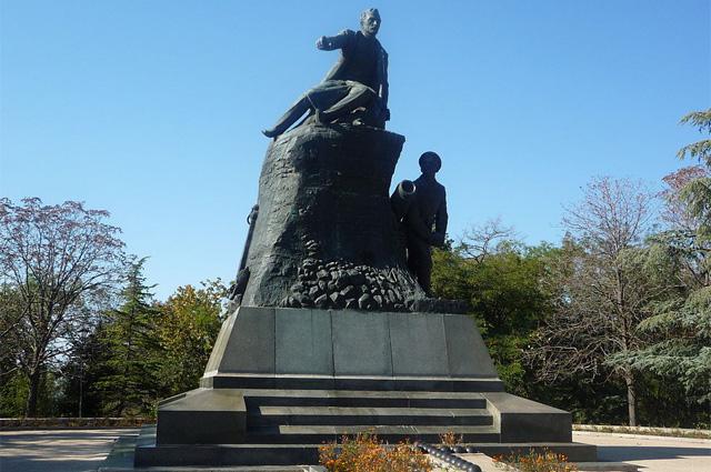 Памятник Корнилову. Рядом матрос Кошка, выбрасывающий бомбу
