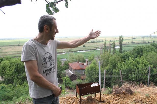 Виктор Рукавишников показывает открывающуюся панораму с арендованного бугра