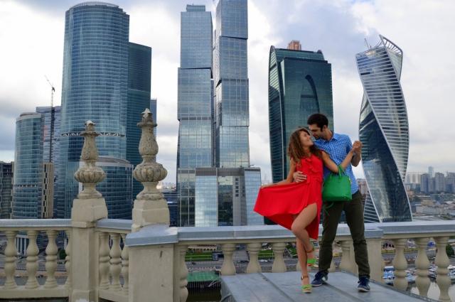 На некоторых крышах влюбленные танцуют.