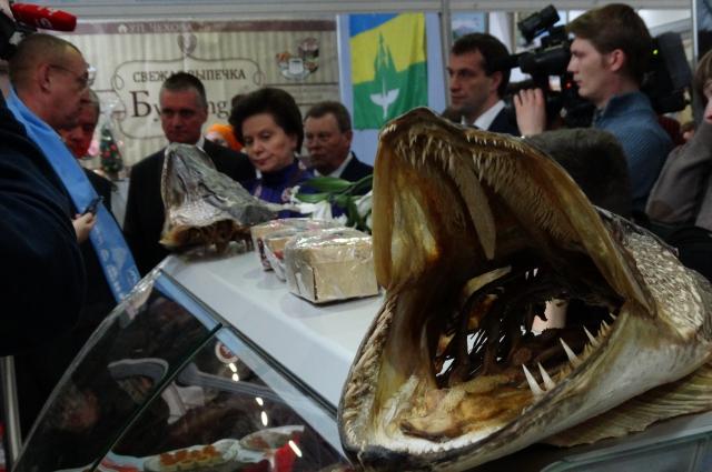 Наталья Комарова осматривает стенд Ханты-Мансийского рыбокомбината.