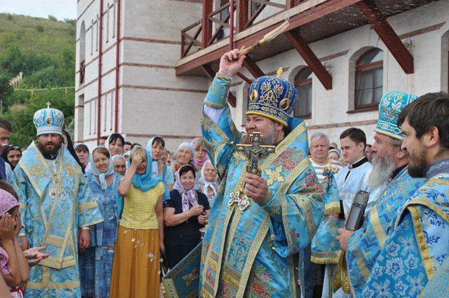 В честь праздников в церкви проходят праздничные богослужения.