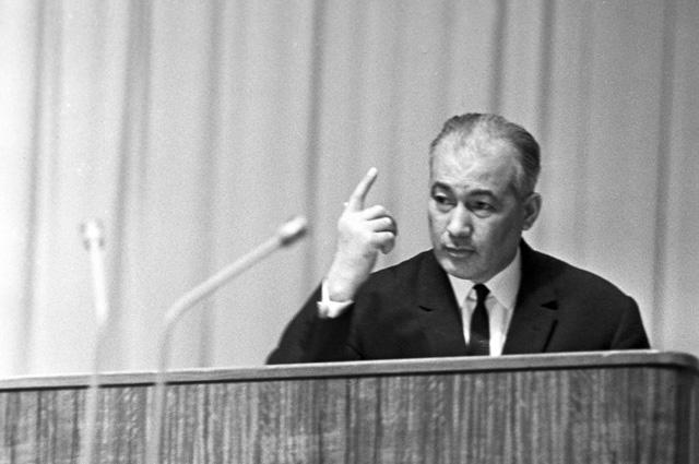 Первый секретарь ЦК КП Узбекской ССР Шараф Рашидович Рашидов во время выступления на XVII-м съезде Коммунистической партии Узбекистана.