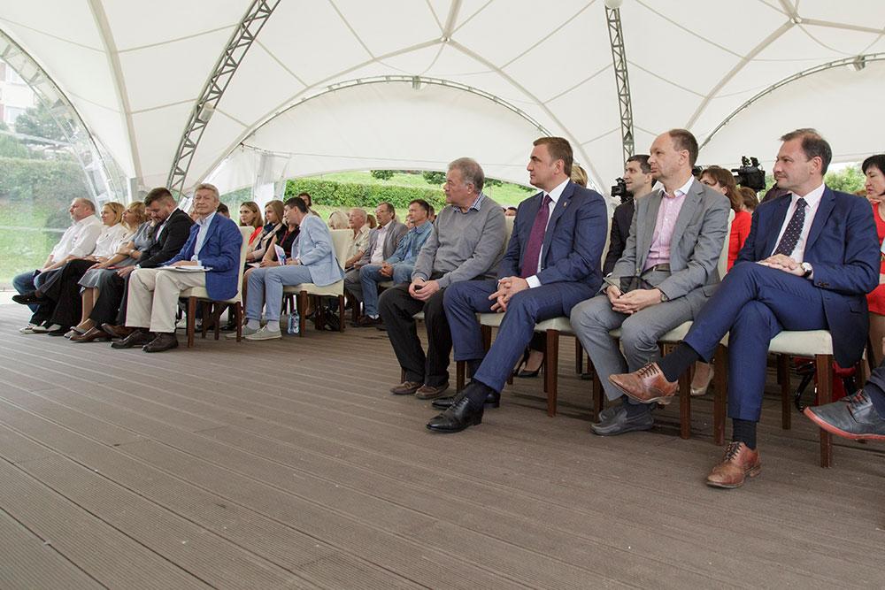 Участники форума расположились в большом белом шатре