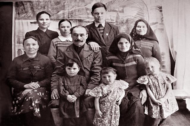 Семья Шаймиевы. В центре - Шарип Шаймиев.