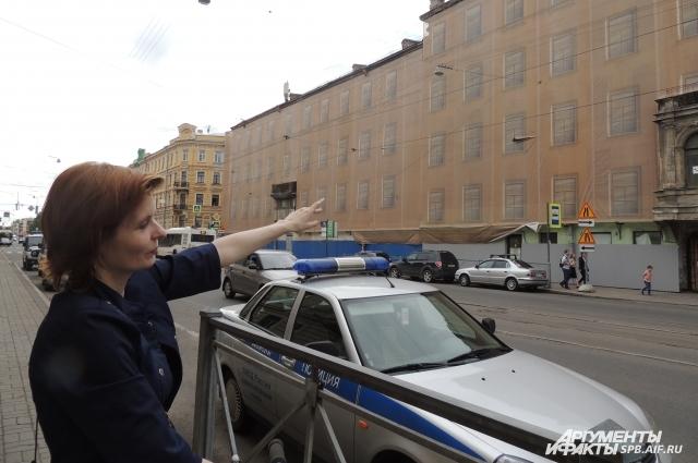 Дарья показывает на окна второго этажа в левом крыле, где жил Лермонтов.