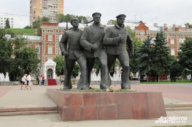 Памятник героям флотилии, скульптор П. Гусев, архитекторы Б. Нелюбин и В. Ковалёв.