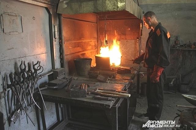 Профессиональных кузнецов в Иркутской области готовят только в одной из колоний.