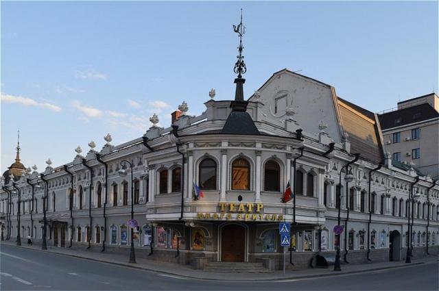 В двухэтажном особняке неподалёку от Булака, где жили Журавлёвы, сейчас находится ТЮЗ.