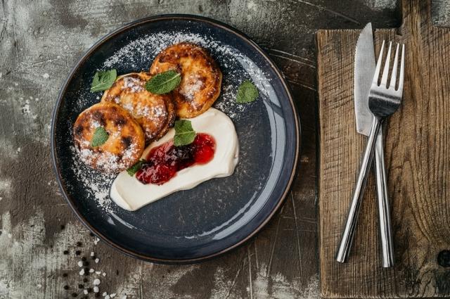 Сырники со сметаной и ягодным джемом