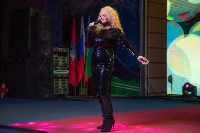 Зрители подпевали Ларисе Долиной и другим звёздам.