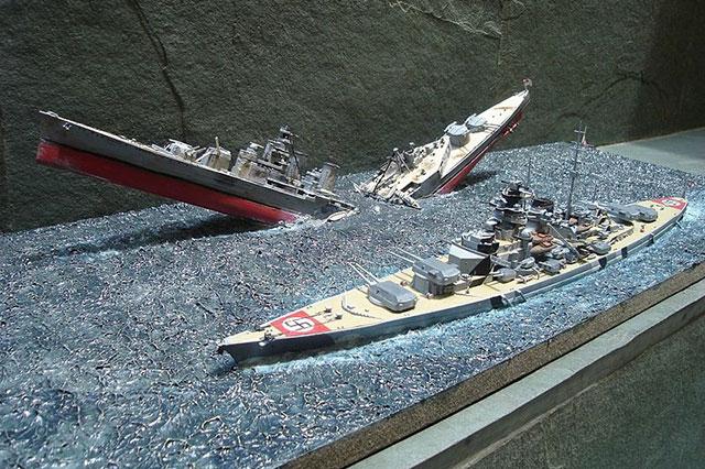 Гибель крейсера «Худ». На переднем плане — модель линкора «Бисмарк».
