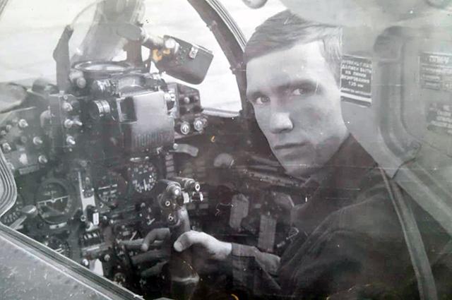 Альберт Грачев за штурвалом военного самолета.