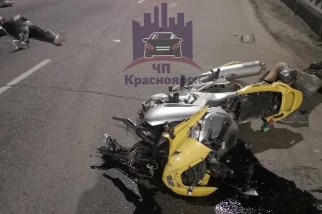 Мотоциклист, попытался уйти от столкновения, задел «Infinity» и врезался в стену.
