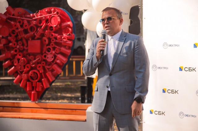 В тюменском сквере Нефтяников установили большое металлическое сердце