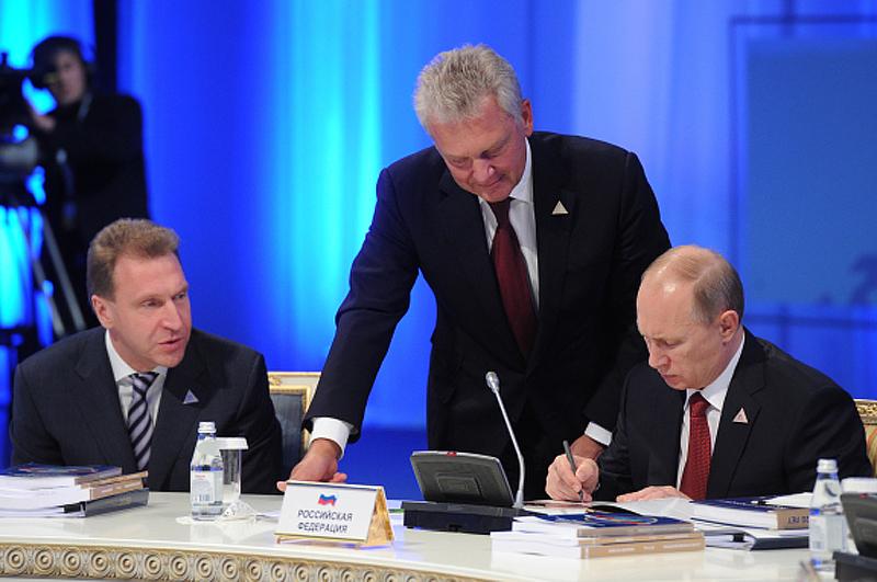 Игорь Шувалов, Виктор Христенко и Владимир Путин во время заседания Высшего Евразийского экономического совета в Астане