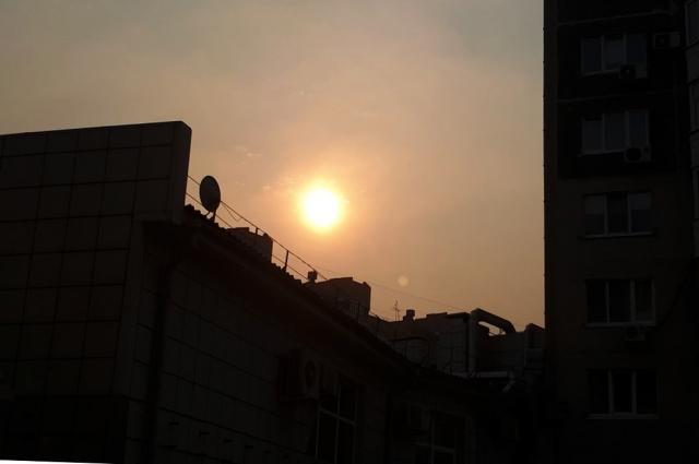 Солнце днем - вокруг наблюдается дымка.