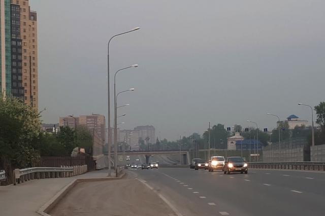 Машины выезжают из смога по улице Запольной.
