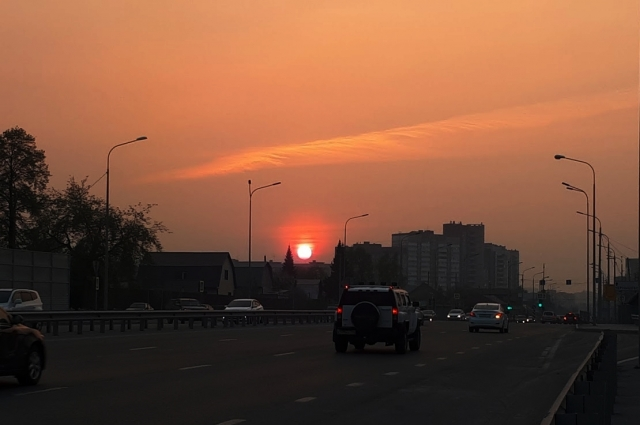 Красное солнце очень размытое, посмотрите, оно в дымке, а уезжающий вдаль Джип совсем не размыт, т.к. вблизи дым не так заметен.