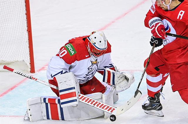Слева направо: вратарь Шимон Грубец (Чехия) и Антон Бурдасов (Россия) в матче группового этапа чемпионата мира по хоккею 2021 между сборными командами России и Чехии.