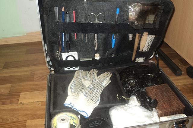 В чемоданчике эксперта можно найти фотоаппарат, перчатки, рулетку, скальпель и многие другие необходимые мелочи.