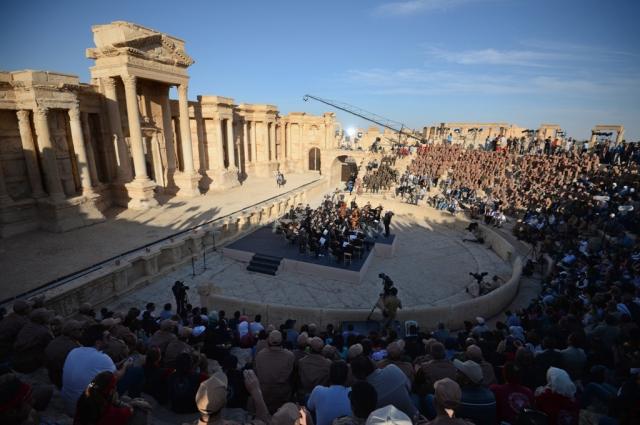 Единственное, что там более-менее сохранилось в Пальмире, - амфитеатр, где и прошел концерт.