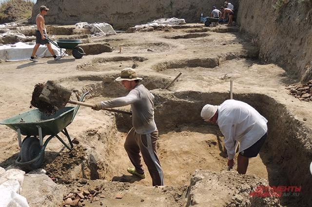 Участники археологической экспедиции вывозят с раскопок тонны земли.
