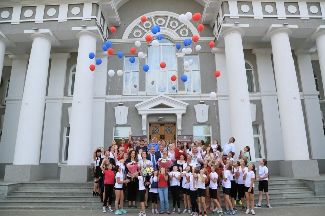 Настоящие и будущие олимпийские призёры отпускают в небо воздушные шары.