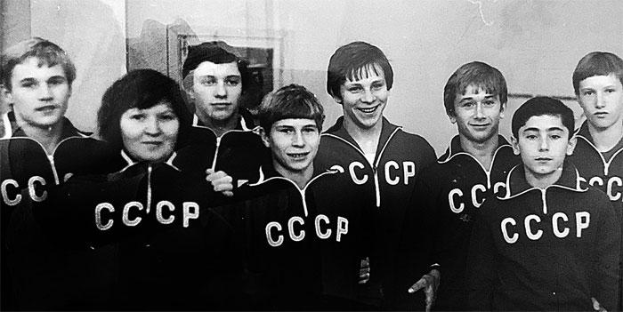 Массажист сборной СССР Роза Киямова и юные чемпионы.
