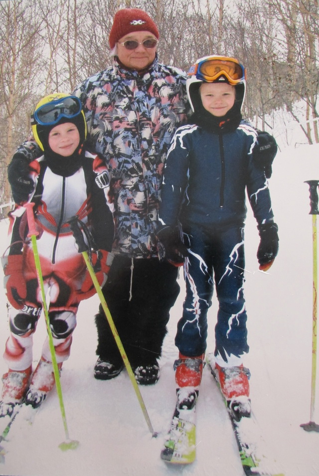 Раньше из сломанных лыж делали детские  и привязывали стропами к валенкам.